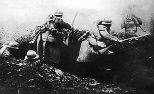 Photo prise en 1916 de soldats français passant à l'attaque depuis leur tranchée lors de la bataille de Verdun durant la Première Guerre Mondiale.