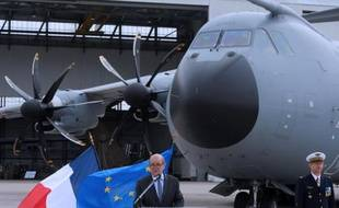 Jean-Yves Le Drian doit détailler jeudi en conférence de presse les restructurations des armées, et notamment les suppressions de régiments et d'unités pour 2014, programmées dans le cadre de la Loi de programmation militaire, qui provoquent déjà la colère d'élus des territoires concernés.
