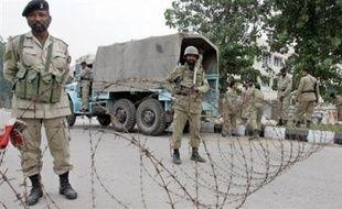 Des policiers et des unités paramilitaires ont été déployés dimanche autour des centres du pouvoir au Pakistan depuis la proclamation la veille de l'état d'urgence par le président Pervez Musharraf, selon des témoins.