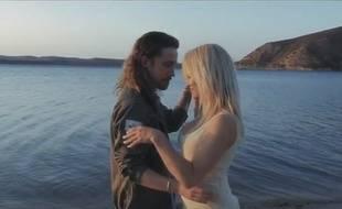 Dans le clip de sa nouvelle chanson, Julien Doré séduit Pamela Anderson.
