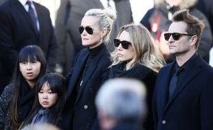 De g. à dr : Jade, Joy et Laeticia Hallyday, Laura Smet et David Hallyday, le 9 décembre 2017 sur le parvis de l'église de la Madeleine (Paris) lors des obsèques de Johnny Hallyday.