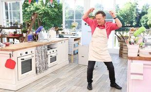 """Julien Lepers dans l'émission """" Le Meilleur pâtissier célébrités"""" sur M6."""