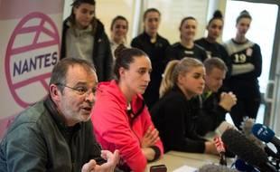 Arnaud Ponroy, président du NAHB, a tenu vendredi une conférence de presse entouré de huit joueuses.