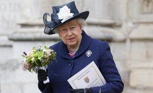 La reine Elizabeth II vient d'assister à une cérémonie à l'abbaye de Westminster à Londres le 10 mai 2015
