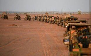 Convoi de l'armée française levant le camp à l'aube du 2 novembre 2013, près de Gao dans le nord du Mali