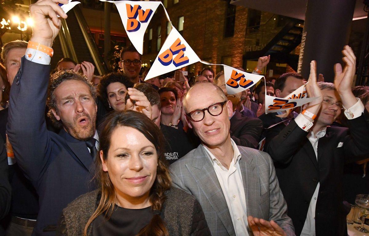 Les partisans du Premier ministre sortant Mark Rutte fêtent la victoire annoncée aux législatives néerlandaises, le 15 mars 2017. – Patrick Post/AP/SIPA