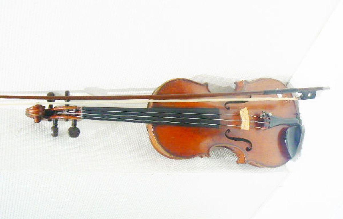 Le fameux violon du XIXe siècle qui s'est vendu plus de 6 400 euros aux enchères. – Credit municipal de Toulouse