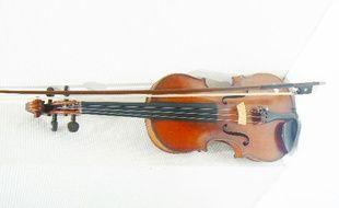 Le fameux violon du XIXe siècle qui s'est vendu plus de 6 400 euros aux enchères.