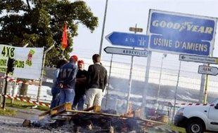 Goodyear-Dunlop a annoncé mardi vouloir mettre en oeuvre un projet de réduction de la production du site d'Amiens Nord (ex-Goodyear) qui entraînera la suppression de 402 emplois sur environ 1.400, après le refus syndical de signer un accord sur une réorganisation du travail.