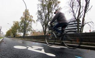 Illustration d'un homme à vélo sur la nouvelle piste cyclable du quai de la Prévalaye à Rennes.