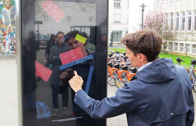 Un panneau numérique interactif place Ricordeau à Nantes.