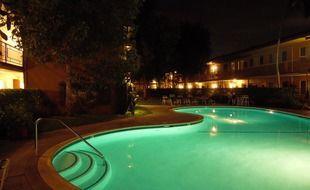 Une piscine la nuit (illustration).