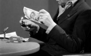 Serge Gainsbourg brûle un billet de 500 francs le 11 mars 1984 lors de l'émission 7 sur 7