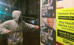 Un militant UPR en plein collage d'affiches à Gennevilliers le 10 janvier 2017.