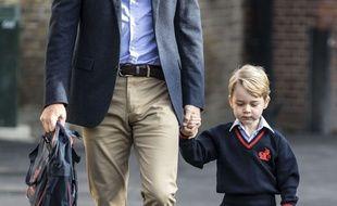 Le prince Georges tenant la main à son père, William, pour son premier jour à l'école.