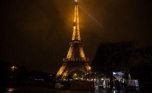 La Tour Eiffel illuminée en plein Paris (image d'illustration).