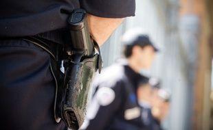 Illustration: Un CRS porte son arme de service devant la Cour d'appel de Toulouse le 2 mai 2012.