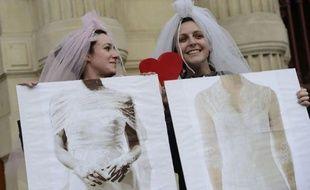 """Au lendemain de l'adoption du mariage homosexuel, François Hollande a lancé mercredi un appel à """"l'apaisement et au rassemblement"""", mais les opposants ne désarment pas et comptent encore sur un recours au Conseil constitutionnel et la pression de la rue pour amender le texte."""
