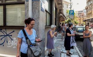 Des Grecs sortent après le tremblement de terre