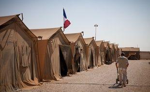 Illustration d'un camp de réfugiés avec des soldats français.