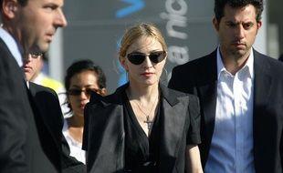 Madonna arrive à l'aéroport de Marseille le 19 juillet pour rencontrer les victimes de l'effondrement d'une partie de la scène où elle devait se produire.