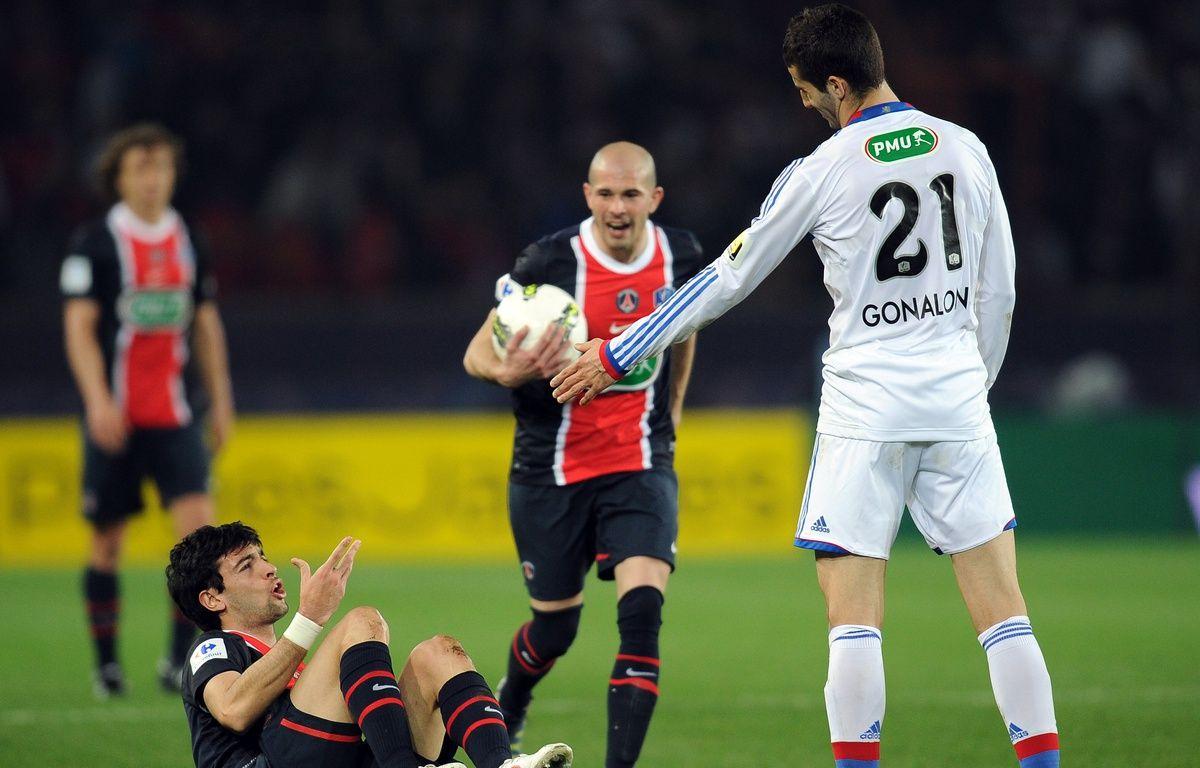 En 2012, Maxime Gonalons mettait déjà au sol Javier Pastore. Et ce sous les yeux de Christophe Jallet, qui évoluait alors sous le maillot parisien.   – FRANCK FIFE / AFP
