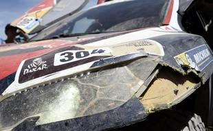 La Peugeot de Carlos Sainz endommagée après que le pilote espagnol a percuté un motard français lors de la 2e étape du Dakar, le 5 janvier 2015.