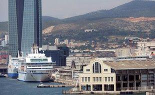 Les syndicats de la SNCM ont décidé dans la nuit de mercredi à jeudi de suspendre leur préavis de grève reconductible prévu à compter de jeudi 06h00, après avoir obtenu des réponses sur l'avenir de la compagnie maritime lors d'une réunion mercredi au ministère des Transports