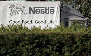 Le numéro 1 mondial des produits alimentaires, le suisse Nestlé, est intéressé par une prise de participation dans le groupe français Yoplait, dont la moitié du capital est à vendre, selon le journal le Figaro de jeudi.