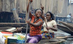 Les pirogues glissent sans bruit sur l'eau noire de Makoko, un bidonville sur pilotis qui grignote chaque jour un peu plus la lagune de Lagos tandis que sa population, à l'image de celle du continent africain, ne cesse de croître.