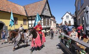 En Suède, des chevaliers font respecter les gestes barrières.