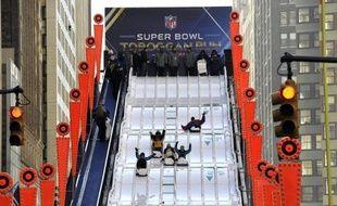 """La fièvre du Super Bowl s'est emparée mercredi de New York, avec l'ouverture près de Times square du """"boulevard du Super Bowl"""", proposant aux fans de multiples activités avant la finale du Championnat de football américain dimanche."""