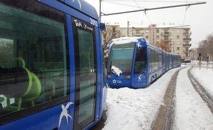 Des tramways à la file bloqués jeudi par la neige dans les rues de Montpellier.