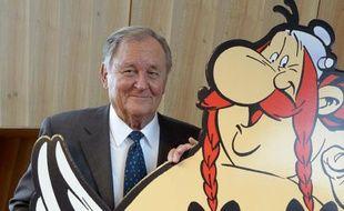 Le dessinateur et scénariste de bande dessinée Albert Uderzo pose à côté d'une pancarte d'Asterix et Obelix durant une conférence de presse, le 12 octobre 2015 à Paris