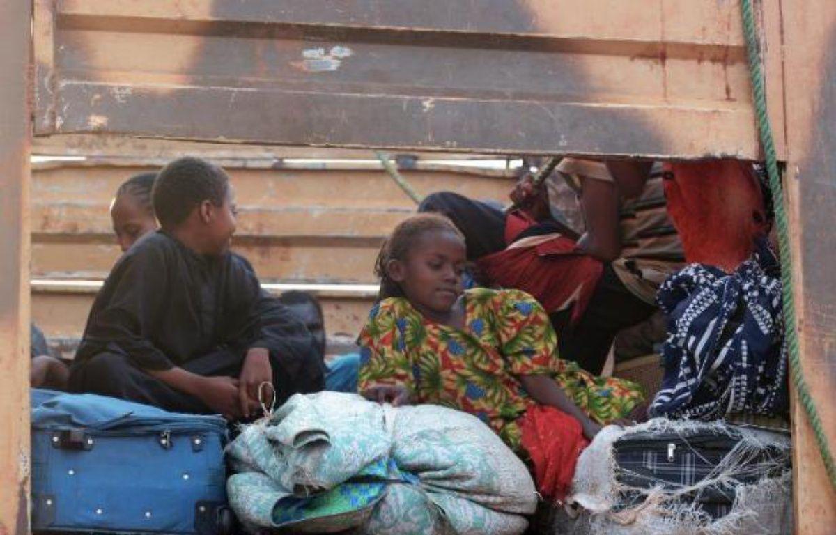Des musulmans déplacés de Centrafrique, du Tchad et d'autres pays attendent à l'aéroport de Bangui le 6 février 2014 – Issouf Sanogo AFP