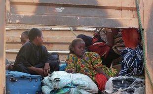 Des musulmans déplacés de Centrafrique, du Tchad et d'autres pays attendent à l'aéroport de Bangui le 6 février 2014