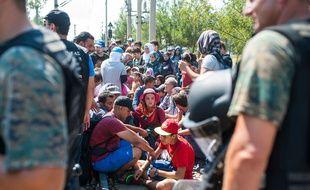 Près de Gevgelija, les policiers macédoniens ont laissé plus de 1.500 migrants venus de Grèce, principalement des Syriens, entrer en Macédoine, le 24 août 2015.