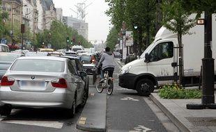 Les cyclistes ont souvent du mal à se faire une place parmi les automobilistes au coeur de la circulation parisienne.