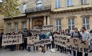 Manifestation d'étudiants de Sciences Po le 28 octobre 2014 devant l'IEP à Aix-en-Provence