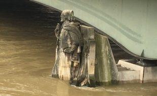Paris, le 23 janvier 2018 - Le Zouave du pont de l'Alma a les pieds dans l'eau avec la crue de la Seine.