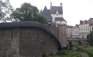 Un toboggan a été installé le long du château, à Nantes
