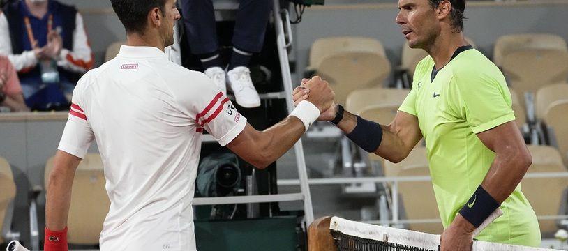 Novak Djokovic et Rafael Nadal après leur match de légende à Roland-Garros