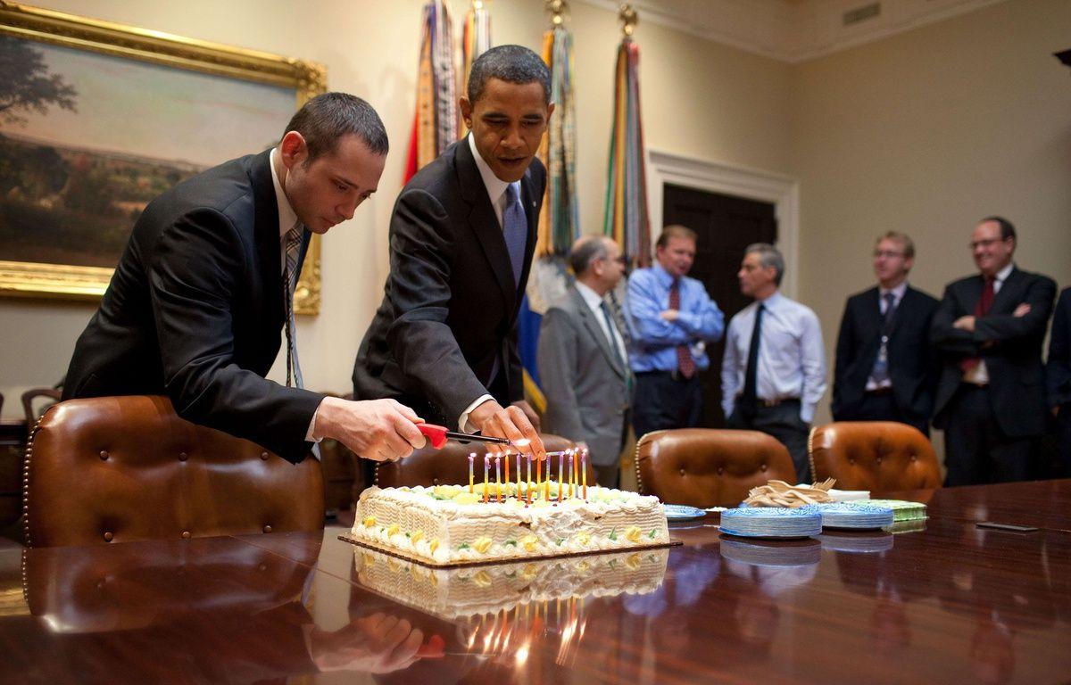 Barack Obama allume les bougies sur le gâteau d'anniversaire de Denis McDonough, chef du National Security Council, le 2 décembre 2009 – Pete Souza/NEWSCOM/SIPA