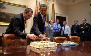 Barack Obama allume les bougies sur le gâteau d'anniversaire de Denis McDonough, chef du National Security Council, le 2 décembre 2009