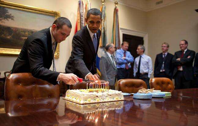 Barack Obama allume les bougies sur le gâteau d'anniversaire de Denis McDonough, chef du National Security Council, le 2 décembre 2009