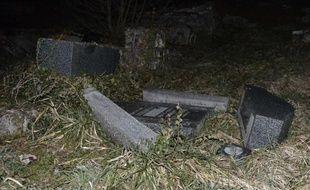 Des tombes profanées au cimetière juif de Sarre-Union, dans le Bas-Rhin, le 15 février 2015