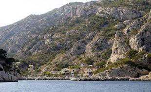 """Une lettre ouverte signée par 25 associations de cabanoniers, pêcheurs, randonneurs ou plaisanciers et publiée lundi dans le quotidien La Provence, appelle le président Nicolas Sarkozy à """"initier une démarche nouvelle"""" prenant en compte les """"dimensions humaine et locale"""" du projet de parc national des Calanques"""