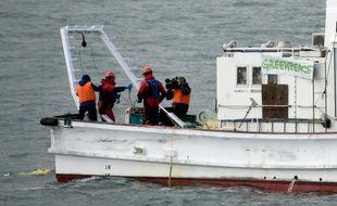 Un navire de Greenpeace récupère des échantillons autour du site de Fukishima, le 22 février 2016