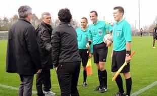 L'entraîneur de la TA Rennes Jacques Le Normand (de face) salue son homologue rennais Laurent Huard, avant le match aller en CFA 2.
