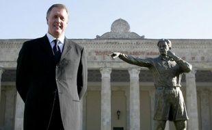 Geoffrey Hurst, auteur du but le plus controversé de l'histoire, pose devant la statue de l'arbitre russe qui a accordé ce but,Tofik Bakhramov
